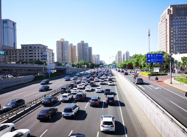 绿灯只剩一秒变灯,汽车停车被后车追尾,到底由谁负责?