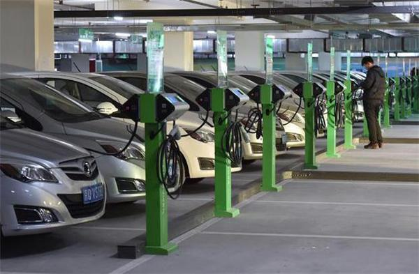 燃油车百公里8升油,新能源车百公里15度电,到底哪个更省钱?